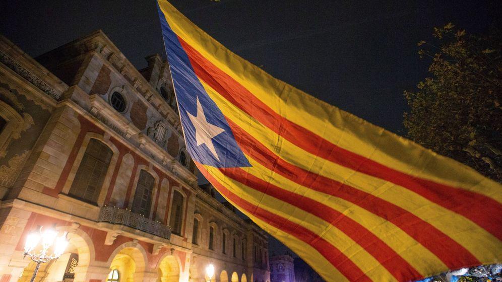 Foto: Concentración en apoyo a los miembros del ex Govern encarcelados, el pasado 2 de noviembre frente al Parlament de Catalunya. (EFE)