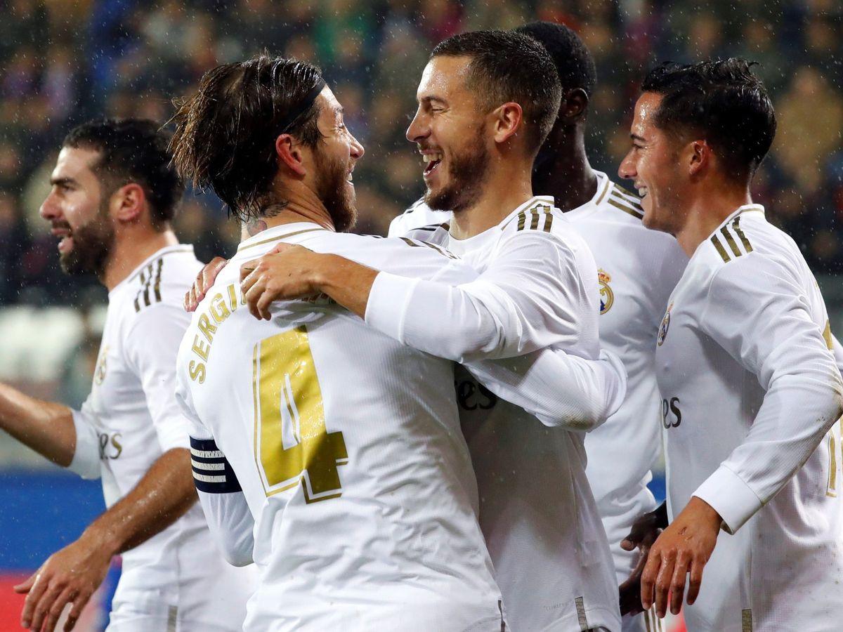 Foto: Eden Hazard se abraza a Sergio Ramos en la celebración de un gol en Ipurua. (Efe)