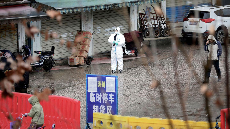 Un trabajador, frente a una tienda cerrada en un mercado de Wuhan. (Reuters)