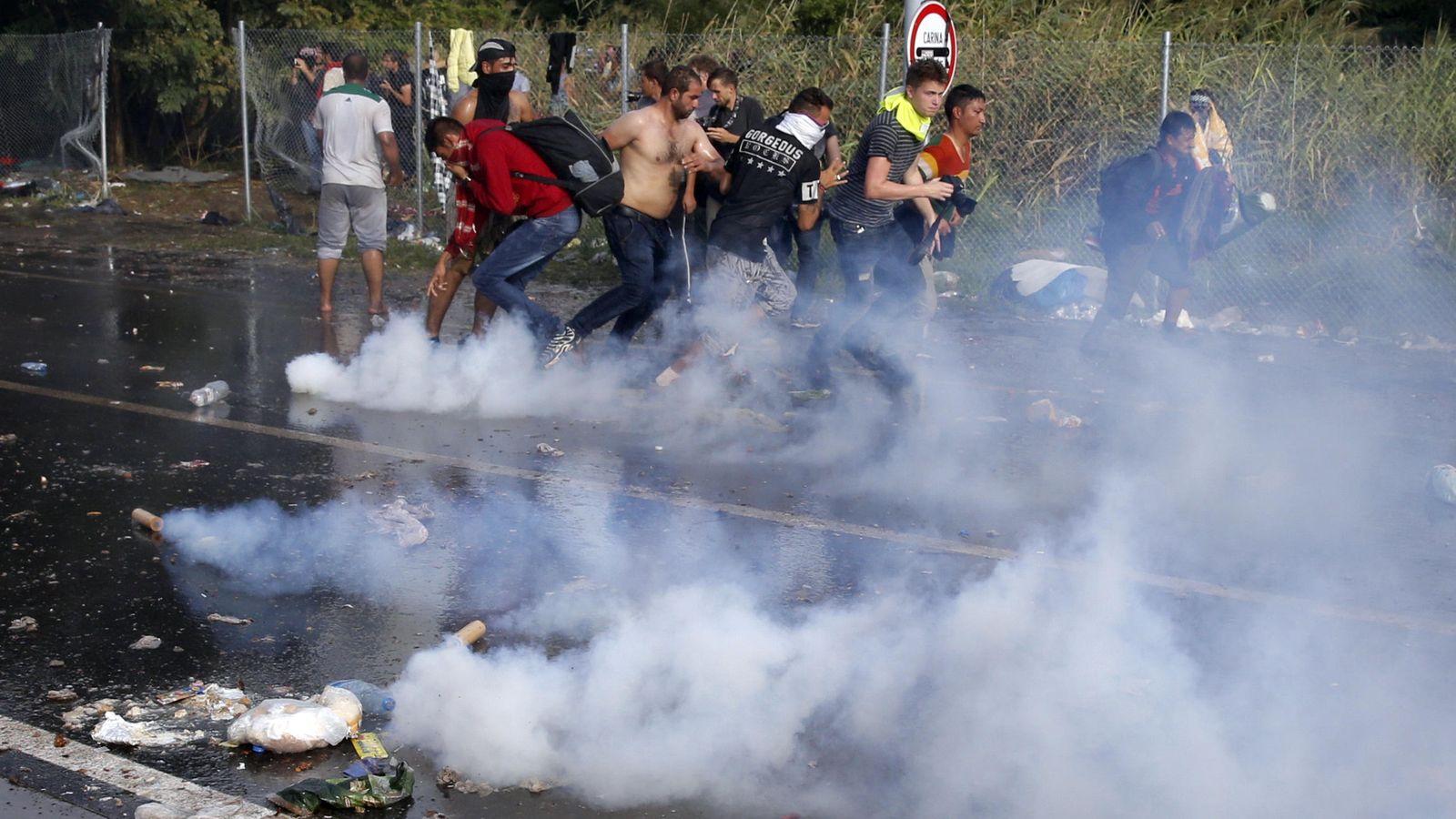 Foto: La Policía húngara ha dispersado a los refugiados con gas pimienta (Reuters)