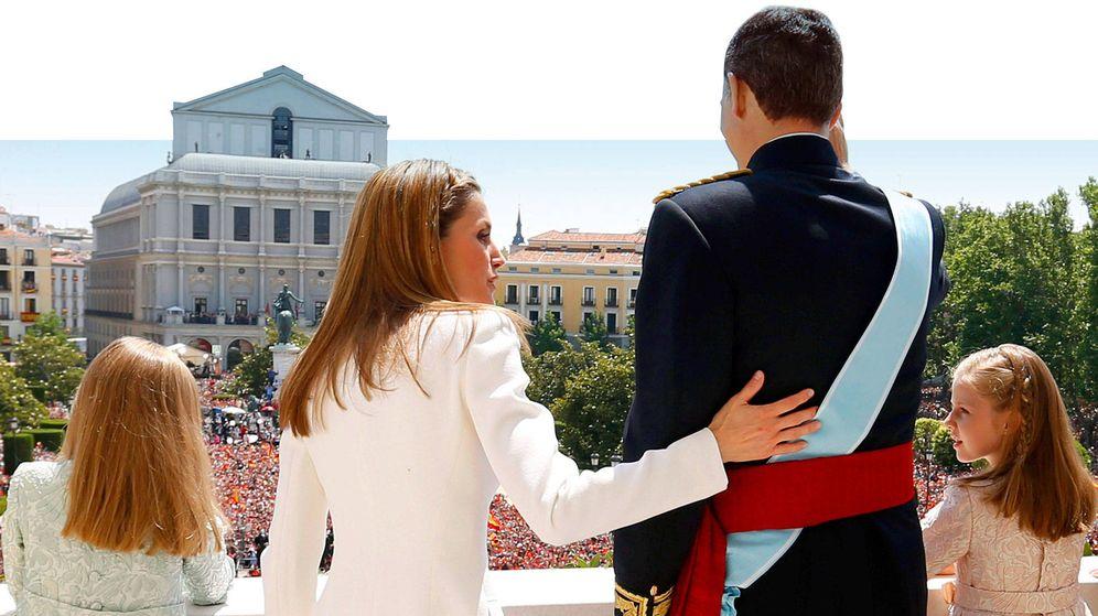 Foto: La familia real saluda al público en la plaza de Oriente. (Cordon Press)