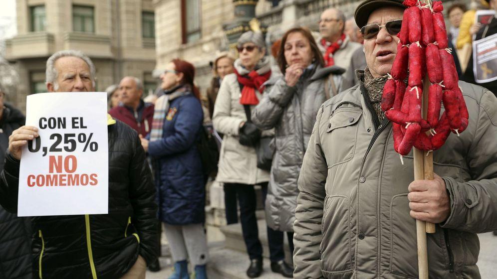 Foto: Concentración de pensionistas en Bilbao. (EFE)
