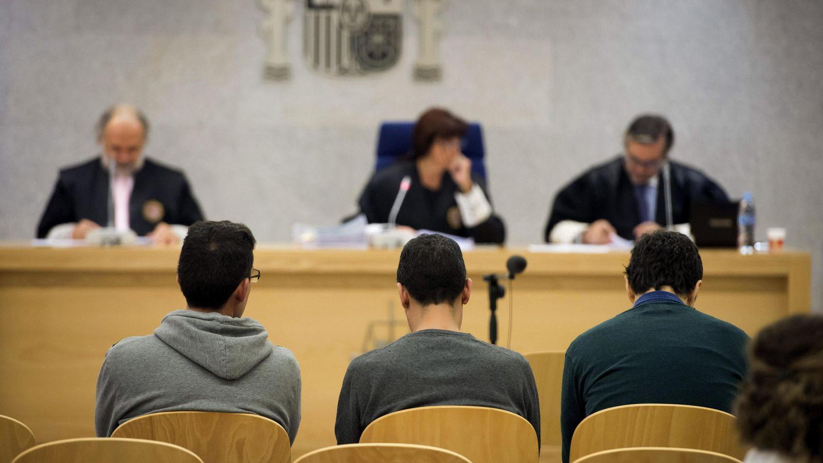 Foto: Los tres creadores de la web YouKioske (uno de ellos absuelto), durante el juicio contra ellos en la Audiencia Nacional en una vista en 2014. (Foto: EFE)