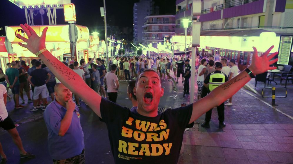 Foto: A tourist reacts at punta ballena street in magaluf, on the spanish balearic island of mallorca