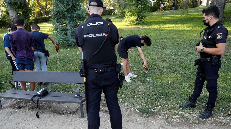 Control policial en el Parque del Oeste de Madrid. (EFE)