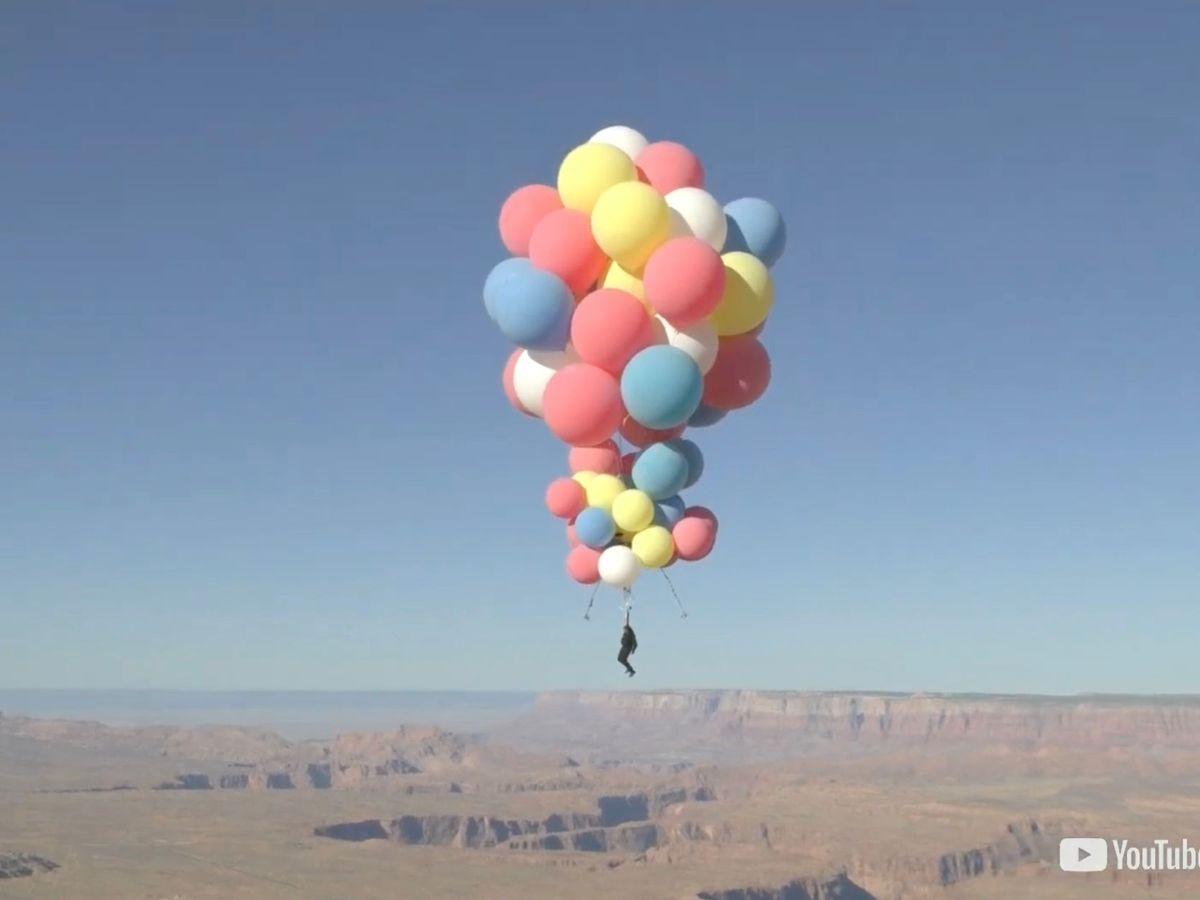 Foto: David Blaine logró volar a más de 7.500 metros de altitud sostenido por globos de helio (Reuters)