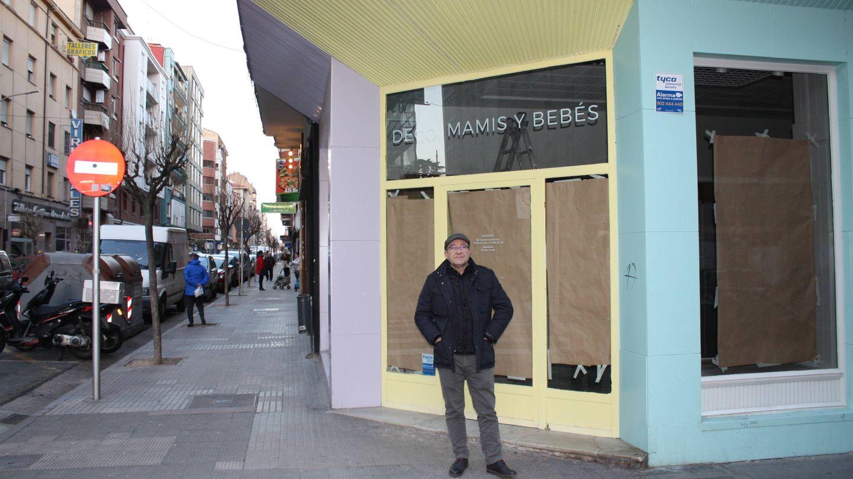 Fernando Zatón, presidente de los comerciantes, ante una tienda cerrada. (R. M.)
