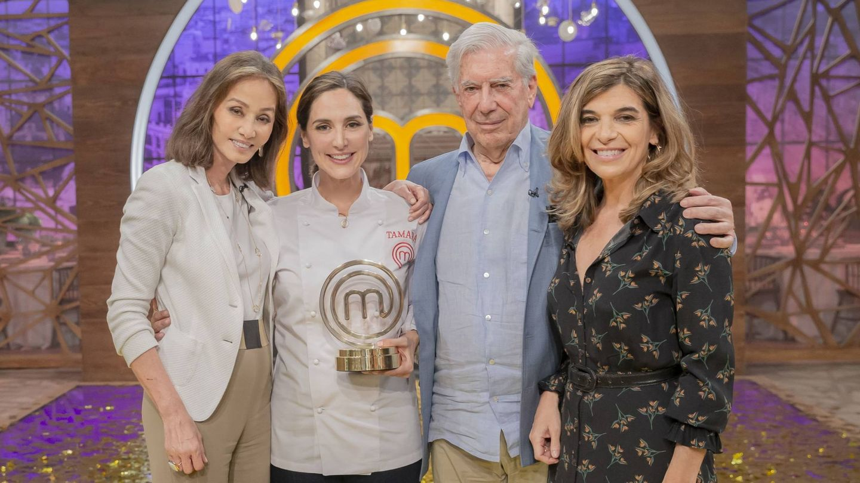 Isabel Preysler, Tamara Falcó, Mario Vargas Llosa y Xandra Falcó, en 'MasterChef'. (RTVE)