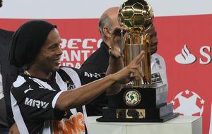 Ronaldinho pidió permiso para jugar el homenaje a Deco y no acudió
