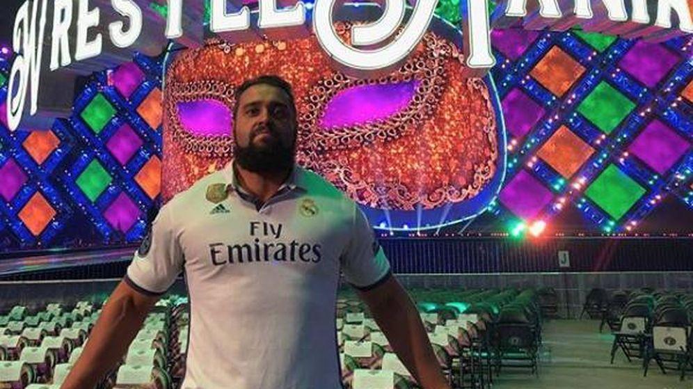 Foto: Rusev, el luchador búlgaro de la WWE, con la camiseta del Real Madrid antes de un combate. (Instagram Rusev)