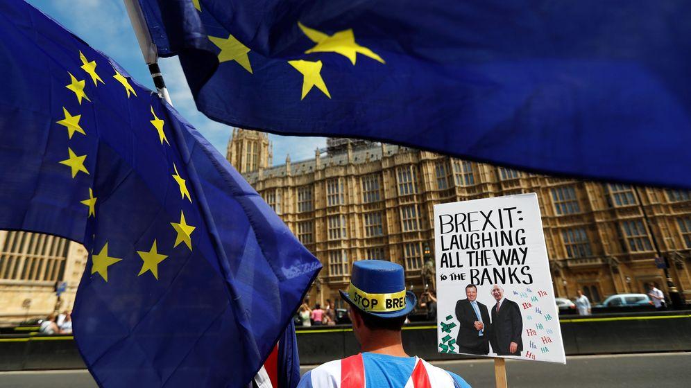 Foto: Manifestantes anti-Brexit protestan frente al Parlamento británico, el 11 de junio de 2018. (Reuters)