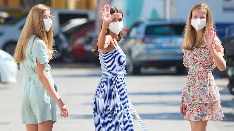 Letizia y sus hijas se despiden de la prensa. (Limited Pictures)