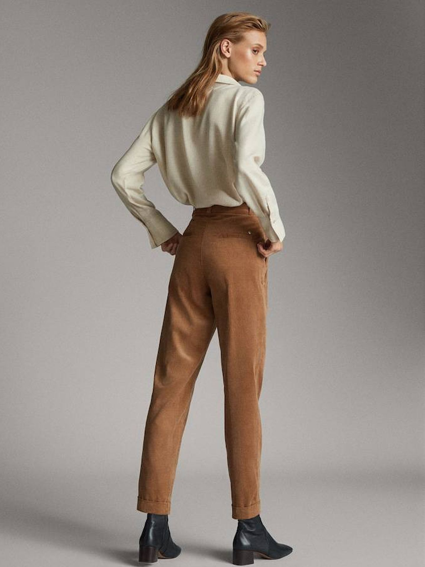 Pantalón de pinzas con tejido micropana de Massimo Dutti.