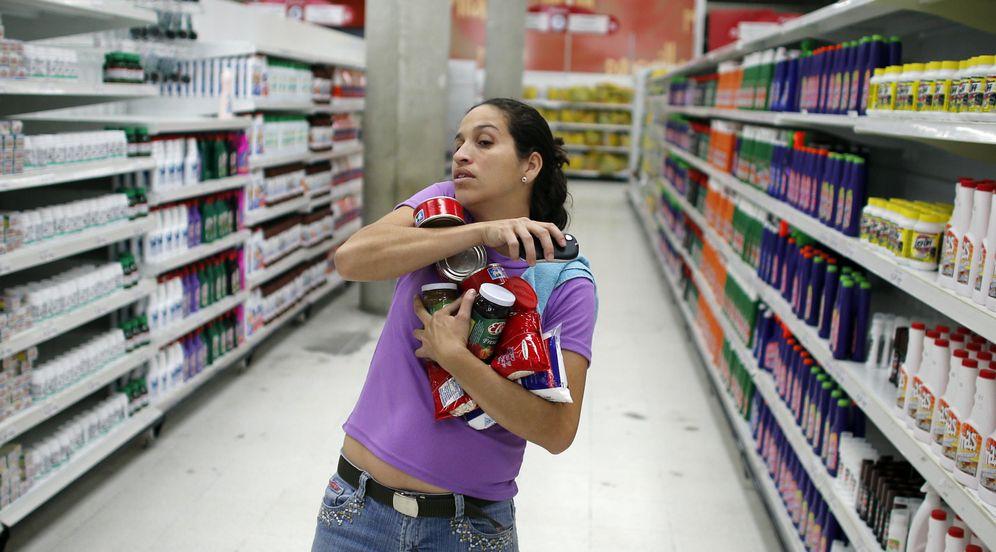 Foto: Una mujer compra varios productos en el supermercado 'Bicentenario' en Caracas. Foto: Reuters.