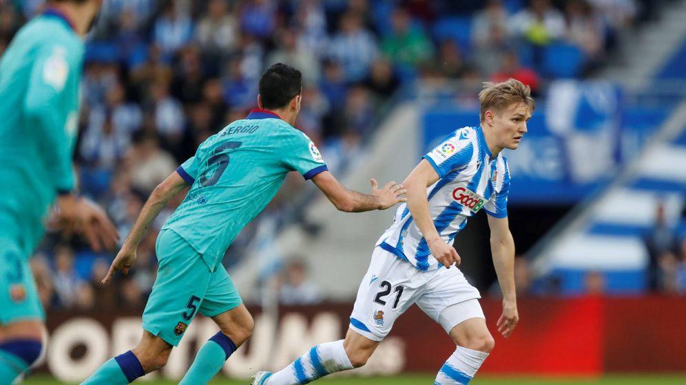 Foto: Martin Odegaard, en el partido de la Real contra el FC Barcelona en Anoeta. (EFE)