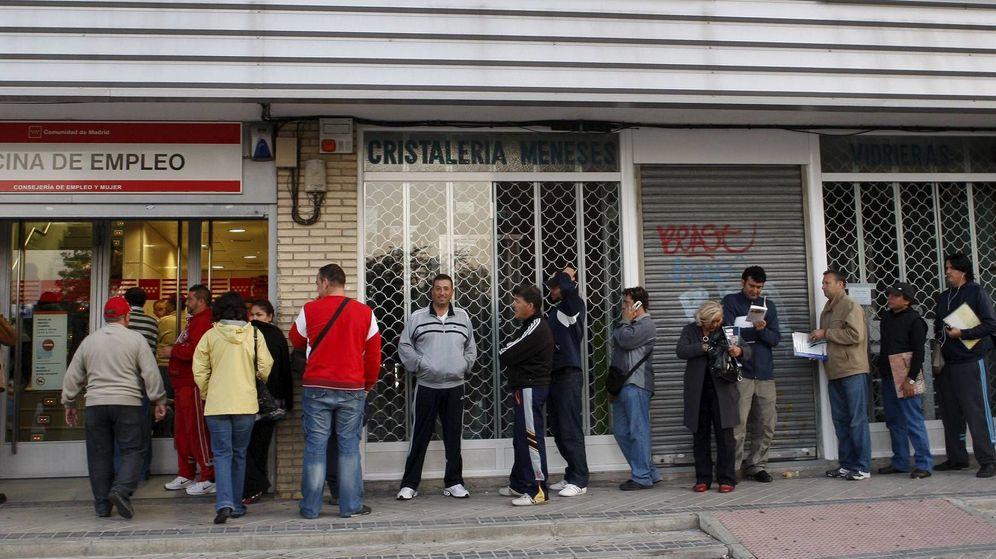 Foto: ecenas de personas esperan su turno ante una oficina del INEM. (EFE)
