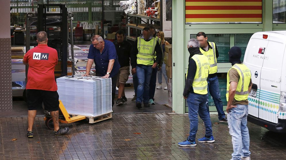 Foto: La Guardia Civil ha intervenido cerca de 100.000 carteles de publicidad del referéndum , ayer en Barcelona. (EFE)