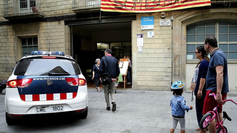 La niña a hombros con la que el Gobierno denuncia la exposición de menores en el 1-O
