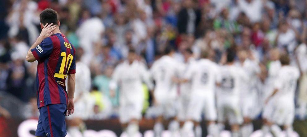 Foto: Leo Messi contempla cómo los jugadores del Real Madrid celebran uno de los goles (Reuters).