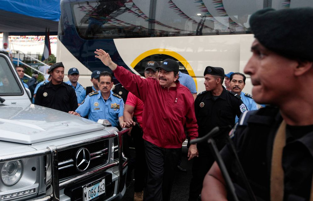 Foto: El presidente de Nicaragua Daniel Ortega saluda a simpatizantes durante el aniversario de Repliegue, en Managua. (Reuters)