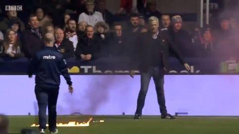Lanzan una bengala en un estadio de césped artificial y prende fuego