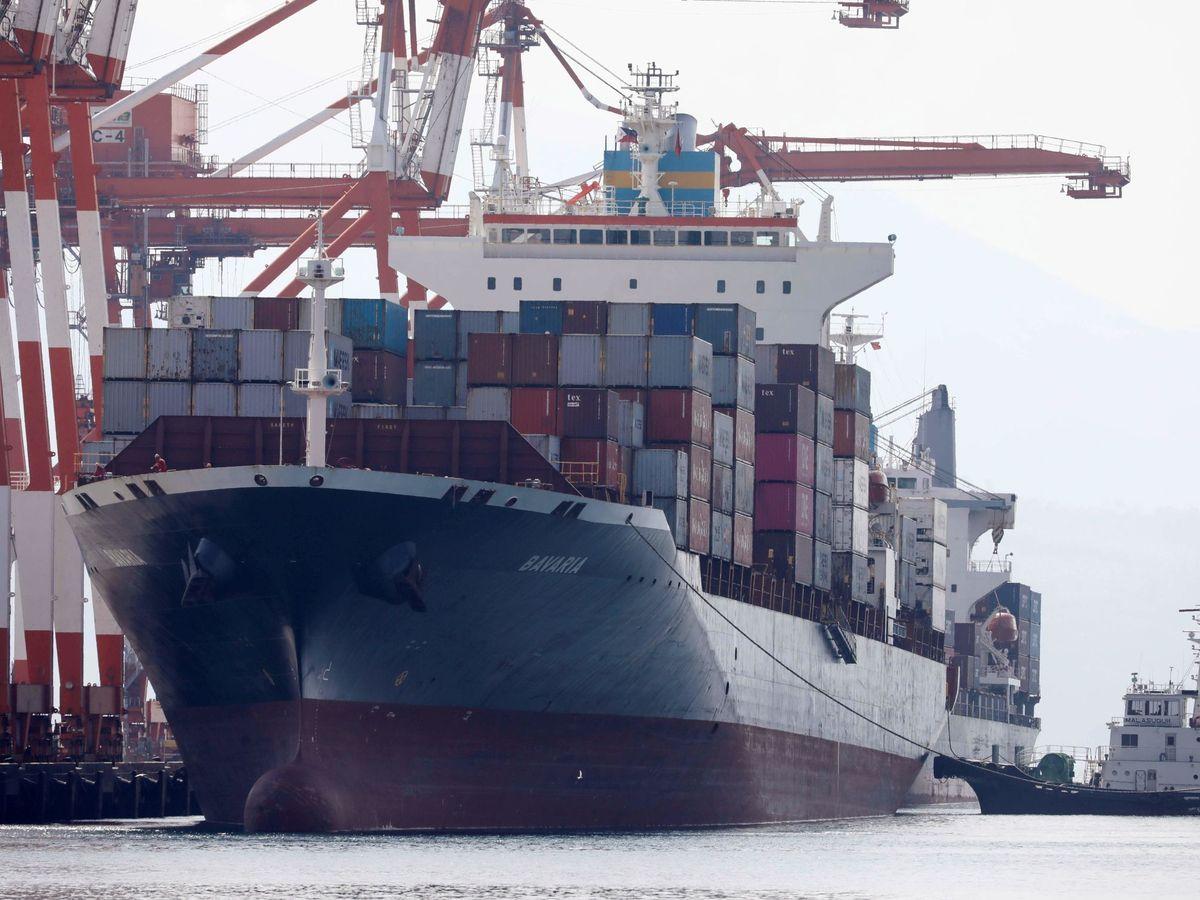 Foto: Un carguero lleno de mercancías en el puerto de Filipinas. (EFE)