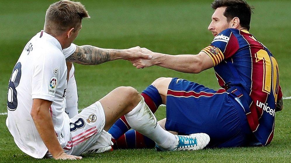 Foto: Kroos y Messi en el césped del Camp Nou en un Clásico entre el Barcelona y el Real Madrid. (Efe)