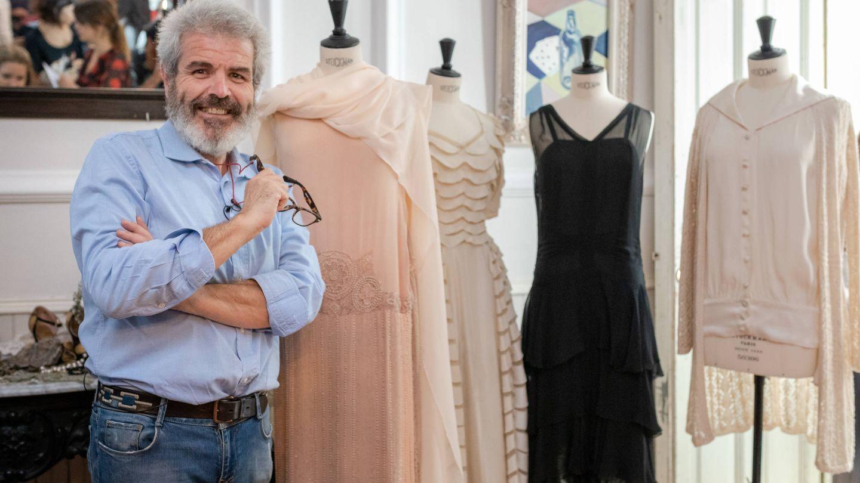 Lorenzo Caprile con diseños de la época.  (Cortesía)