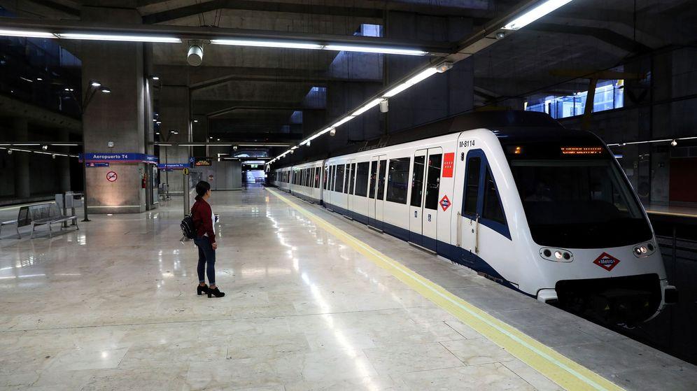 Foto: Pasajeros en la línea 8 del Metro de Madrid de Madrid. (EFE)