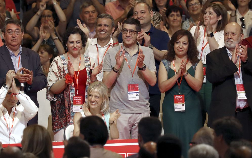 Foto: José Félix Tezanos (d), en la clausura del 39º Congreso Federal, tras la proclamación de la nueva ejecutiva, el 18 de junio de 2017. (EFE)