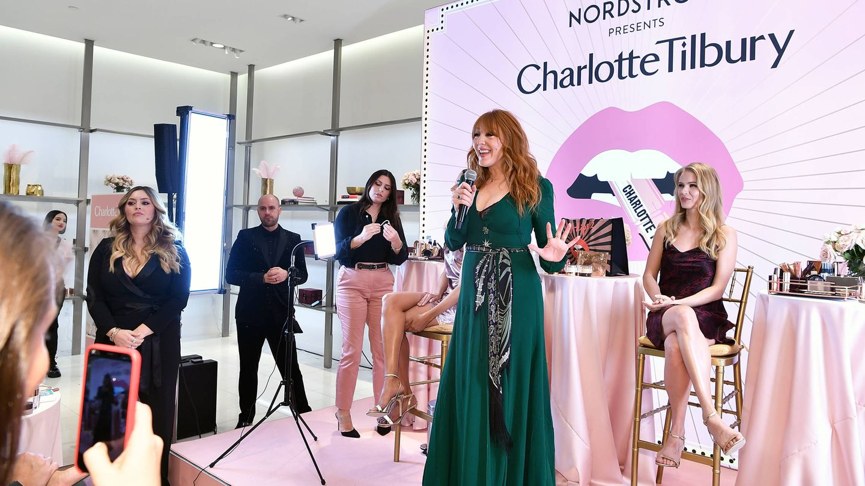 Charlotte Tilbury, impartiendo una de sus masterclass de maquillaje. (Getty)