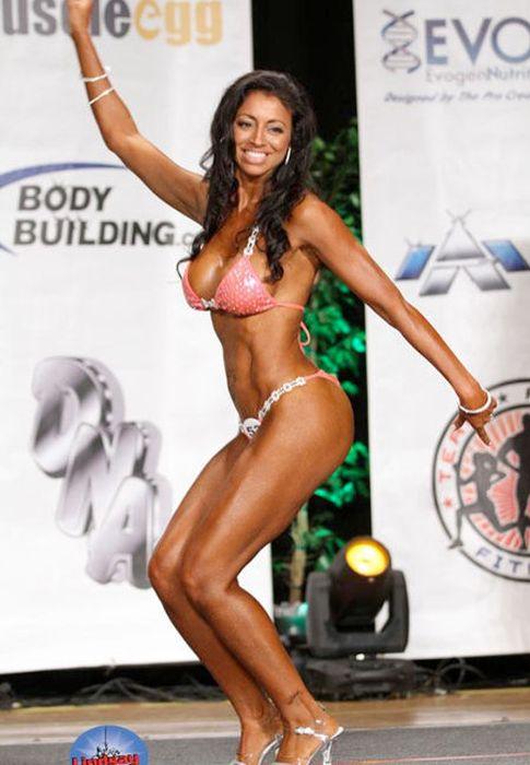"""Foto: Veronica Matlock, la """"mujer perfecta"""" para el cirujano, en una competición de 'bodybuilding'."""