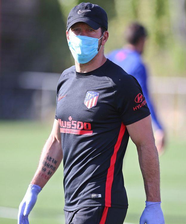 Foto: Simeone, con mascarilla y guantes, durante un entrenamiento con el Atlético de Madrid. (Efe)