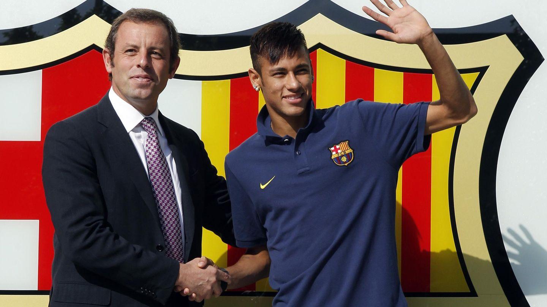 Rosell y Neymar tras la firma del contrato del brasileño. (Reuters)
