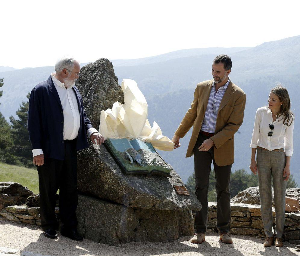 Foto: Miguel Arias Cañete, junto a los Reyes, en una imagen de archivo en Asturias. (EFE)
