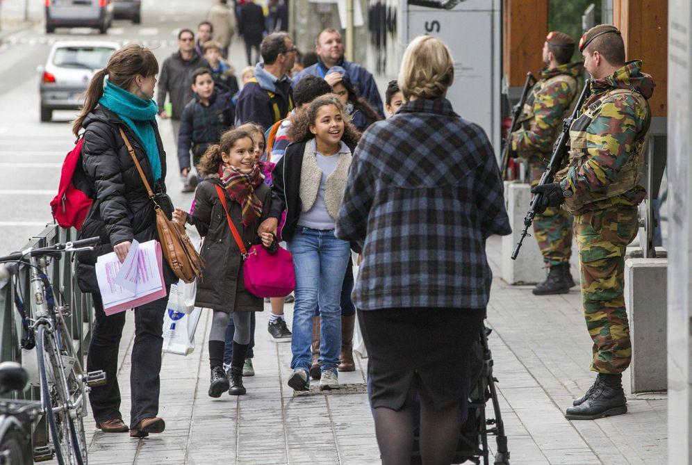 Foto: Escolares belgas pasan delante de unos soldados en Bruselas, días después de los atentados de París (Reuters)