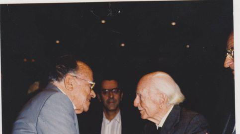 Historia de una foto: el saludo de Ramón Serrano Suñer y Santiago Carrillo
