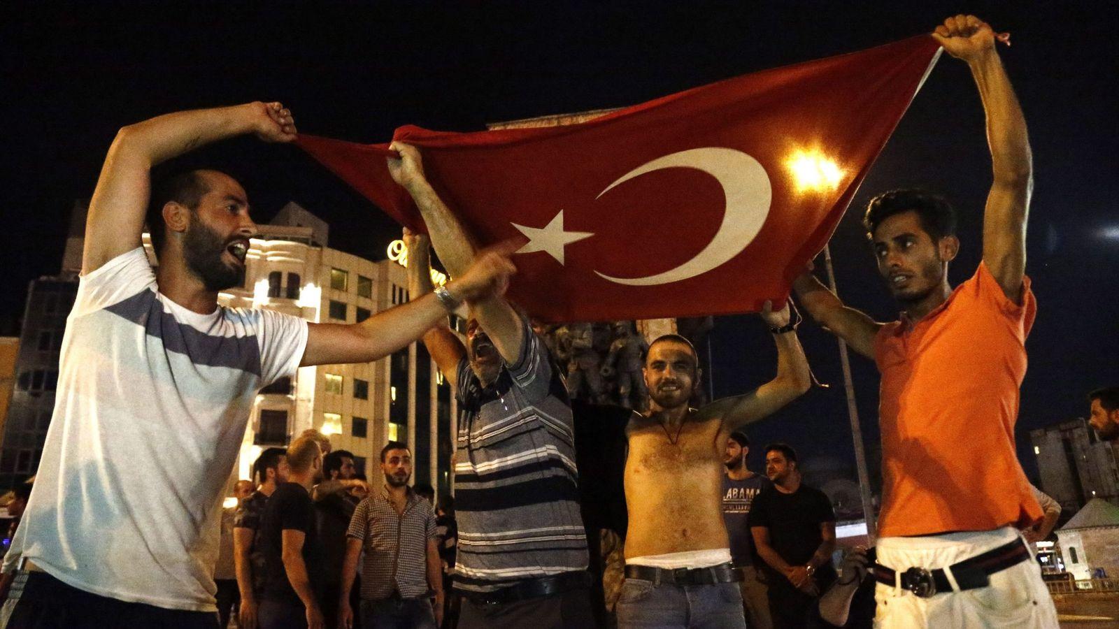 Foto: Simpatizantes de Erdogan en la Plaza Taksim de Estambul. (EFE)