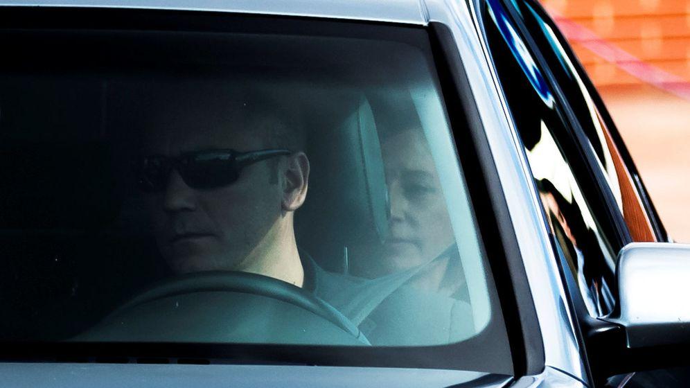 Foto: Carme Forcadell en un coche camino de Cataluña tras salir de prisión (Reuters)