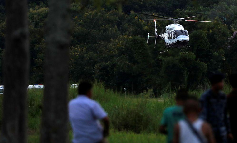 Foto: El helicóptero que transportaba a uno de los últimos chicos rescatados aterriza en un aeropuerto militar en Chiang Rai este martes. (Reuters)