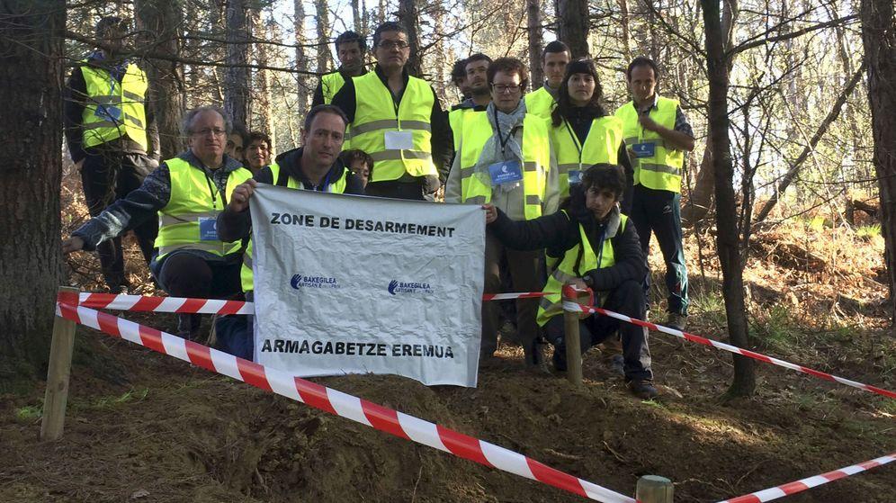 Foto: Observadores de los mediadores del proceso de desarme custodian uno de los ocho zulos entregados por ETA. (EFE)