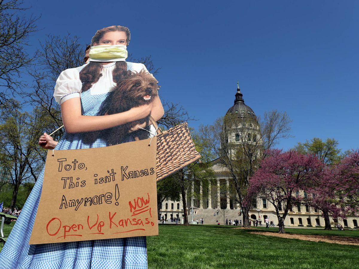 Foto:  Un cartel con Dorothy y Toto en Kansas, 2020. (Getty)