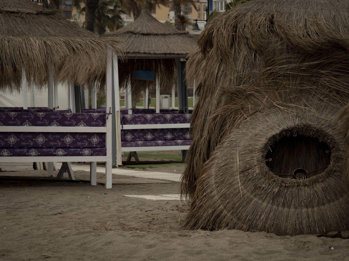 Foto: Sombrillas caídas en una playa de Torremolinos. (Toñi Guerrero).