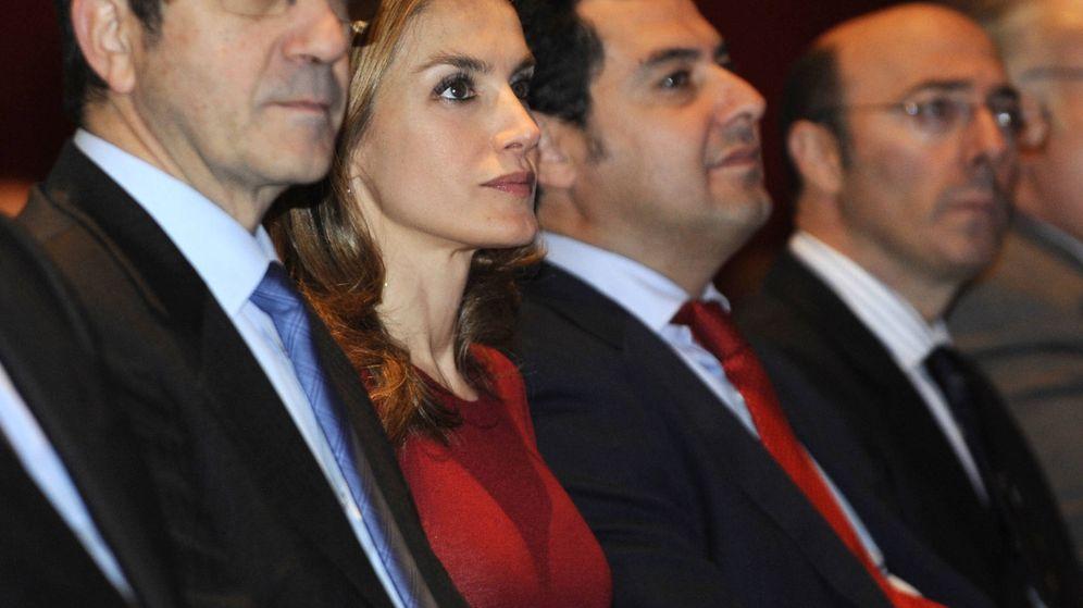 Foto: Uno de los tropiezos estilísticos más comentados de la Reina, en Vizcaya, en 2012. (Getty)