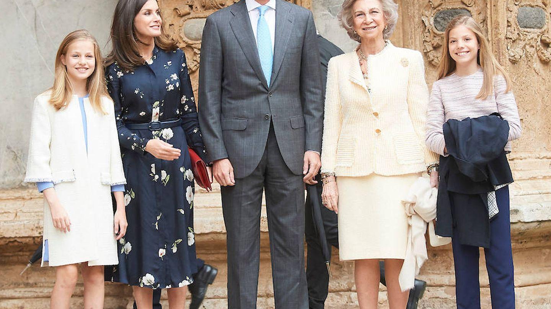 Los Reyes de España junto a sus hijas y la Reina emérita a la llegada a la catedral de Palma. (Limited Pictures)