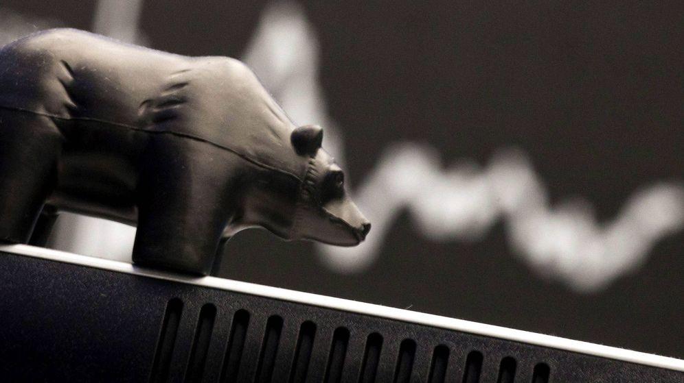 Foto: Detalle de un pequeño oso de plástico, símbolo de la tendencia a la baja en las bolsas. (EFE)