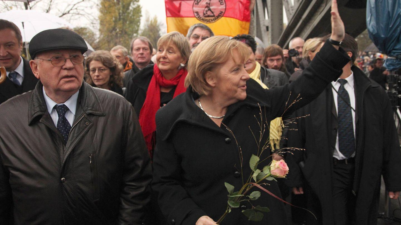 Gorbachov y Merkel, en el 20º aniversario de la caída del Muro de Berlín. (Getty)