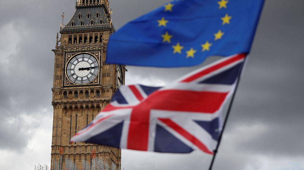 Foto: Una bandera europea o otra británica en Londres. (EFE)