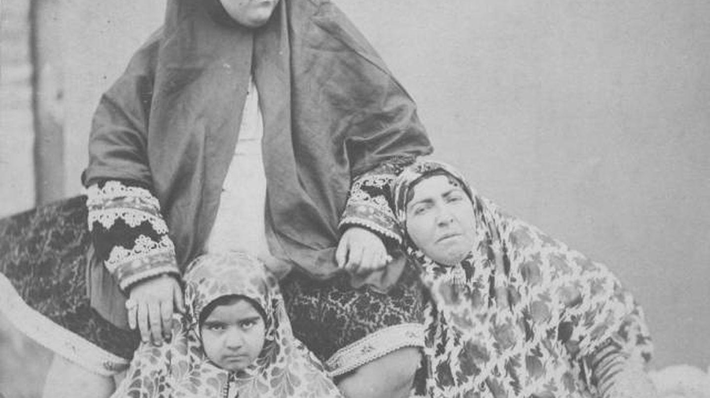 Tres generaciones de la dinastía Qajar: 'Esmat (c), su madre y una de sus hijas. (Instituto iraní de estudios contemporáneos)