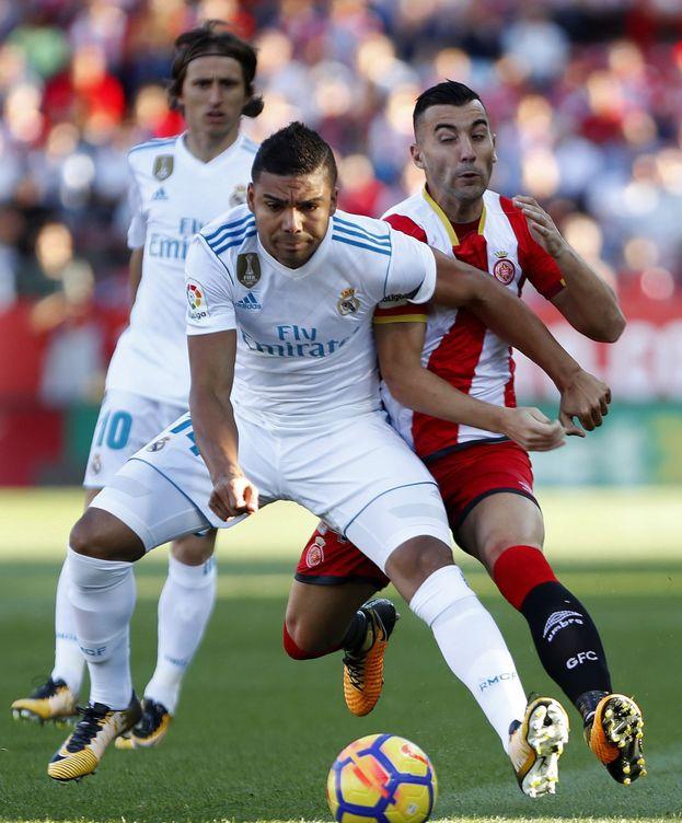 Foto: Casemiro pelea por un balón ante Borja García. (EFE)